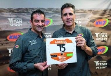 Indurain y Mauri posan con el cartel de la Titan Desert